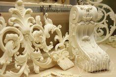 ДЕКОР ИЗ ПОЛИУРЕТАНА. Полиуретан – это уникальный современный материал для производства декора! Он не способен впитывать запахи и влагу, а также легко гнется при нагревании. Эти свойства дают возможность применять декоративные элементы, выполненные из полиуретана, для отделки интерьеров в помещениях с повышенной влажностью и на любой поверхности. DECOR FROM POLYURETHANE.