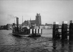 De stoompont Veerdienst XI in Dordrecht. Het jaartal is onbekend, maar moet ergens tussen 1932 en 1939 liggen, want in 1932 is de boot in dienst gekomen, en in 1939 is de verkeersbrug in Dordrecht in gebruik genomen. De foto komt uit de historische collectie van Rijkswaterstaat. De foto staat afgebeeld in het boek Heersen en beheersen,