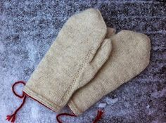 """These are plain white mittens in twined knitting, featuring only a simple decoration along the thumb gore. Sometimes it is nice to go """"bac. Fingerless Mittens, Knit Mittens, Knitted Gloves, Knitting Projects, Knitting Patterns, Mittens Pattern, How To Purl Knit, Knitting Accessories, Crochet Yarn"""