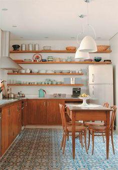Nesta cozinha, decorada pelas arquitetas Carolina Maluhy e Isis Chaulon, o ladrilho azul e amarelo conversa com o tom da madeira. #cocinasrusticascemento