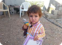 Kleine Iraakse vluchteling met knuffel
