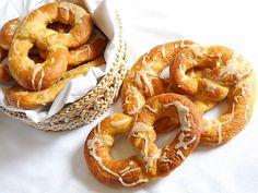 Covrigi cu sare Romanian Food, Romanian Recipes, Onion Rings, Bagel, Nom Nom, Ethnic Recipes, Desserts, Breads, Watch