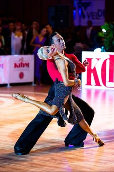 Rumba with Michael and Joanna. one of my favorite moves of hers. Mistrzowie