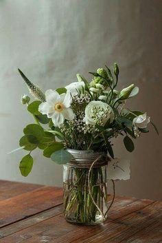 spring bouquet in vase jars Happy Friday Pictures, Mason Jar Flowers, Home Flowers, Spring Bouquet, Simple Pleasures, Flower Crown, Beautiful Flowers, Beautiful Life, Wedding Bouquets