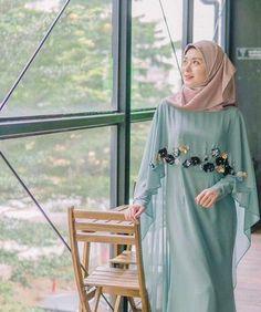 Nama selebgram hijab asal Korea, Ayana Jihye Moon semakin banyak dikenal orang. Tak hanya wajahnya yang cantik tapi style hijab yang dipadu padankan dengan korean style membuatnya menjadi salah satu selebgram yang banyak disukai. Penasaran? Yuk, intip di sini!