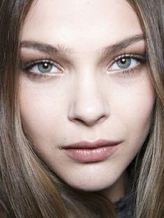 GLANZEND BRUIN Zet je ogen in de spotlichten met een glanzende oogschaduw.
