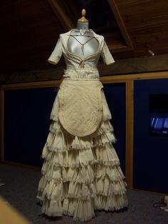 En las fases iniciales de la civilización cretense, las mujeres utilizaban una prenda corta que llegaba hasta los muslos, con el tiempo esta prenda evolucionó hasta convertirse en un delantal redondeado que se llevaba encima de la falda.