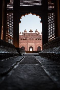 Taj Mahal is not the only sight to see in Agra, there are more places you can visit with a short day trip! Mosque Fatehpur Sikri is one of those, read more in the blog post about it! #india #incredible #agra #daytrip #asia #tunnel #religion #muslim #islam