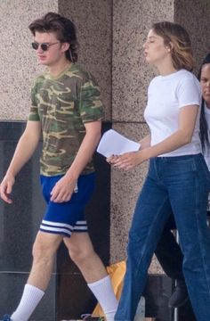 Joe keery and maya hawke on set of season 3 stranger things joe keery, steve Stranger Things Joe Keery, Stranger Things Netflix, Joe Kerry, Steve Harrington, Actrices Hollywood, Millie Bobby Brown, On Set, Pretty People, Favorite Tv Shows