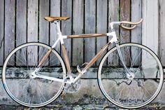 Dots Design Studio, un cabinet multidisciplinaire basé à Bangkok, conçoit des vélos fabriqués à la main en utilisant des pièces de bois.  Le PLYbike est un vélo élégant, composé de couches de placage de bois, il met en évidence une belle conception de surface grâce à du bois de couleurs contrastées. Il a été récemment présenté à la Milan Design Week. En plus de son cadre naturel, PLYbike dispose d'un guidon courbé en chêne stratifié, teck et bois de noyer.