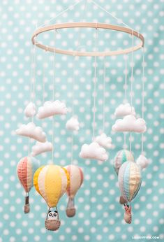 Make-a-mobile-to-Baby DIY-Luftballons-in-Filz - andy Baby Room Diy, Diy Baby, Baby Crafts, Felt Crafts, Diy Hot Air Balloons, Baby Kind, Pretty Baby, Diy Kits, Diy For Kids
