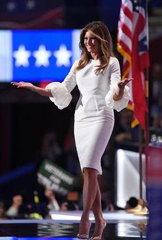 El vestido que usó anoche Melania Trump en la convención nacional republicana es de la diseñadora serbia Roksanda. Es un vestido de novia de casi $2,200.00 que se agotó en el sitio NET-A-PORTER anoche mismo.