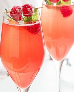 Christmas Cocktail Recipes – Choose one of these Christmas cocktails as a specialty drink for your annual Christmas party! Mimosa Cocktail Recipes, Refreshing Cocktails, Cocktail Ideas, Champagne Cocktail, Cocktail Food, Tea Cocktails, Signature Cocktail, Tequila, Vodka
