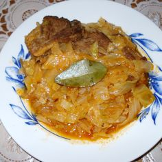 Reteta culinara Varza cu costite de porc din categoria Porc. Cum sa faci Varza cu costite de porc Hungarian Recipes, Romanian Recipes, Meat Steak, European Cuisine, Romanian Food, Lasagna, Lamb, Cabbage, Bacon