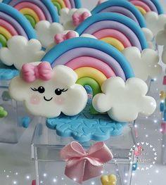 "Ateliê Sara Aguiar🎨❤ no Instagram: ""Eu amo esse colorido!!! 🌈☂️💕👼 #chuvadebencaos #chuvadeamor #loverain #party #lembrancinhas #mamaesfesteiras #bebê #festachuvadebencaos…"" Rainbow Parties, Rainbow Theme, Rainbow Baby, Polymer Clay Projects, Polymer Clay Creations, Baby Set, Cloud Party, Diy And Crafts, Crafts For Kids"
