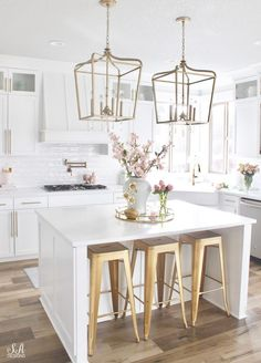 Blush & Green Spring Tour With Fresh & Faux Florals - Summer Adams. Pink is my favorite color and this spring I'm stepping out of my comfort zone to also add some lovely chartreuse green to part of my spring tour. Spring Kitchen Decor, Home Decor Kitchen, Kitchen Interior, Home Kitchens, Kitchen Ideas, White Kitchen Decor, All White Kitchen, Decorating Kitchen, Kitchen Reno