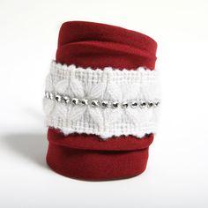 FUEGO - Pulsera confeccionada a mano en strech en color vino intenso con detalle de lana blanca y strass.