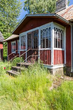 Skulle älska att renovera detta hus! Swedish Cottage, Red Cottage, Cottage In The Woods, Cottage Homes, Red Houses, Little Houses, Sweden House, House In Nature, Small Buildings