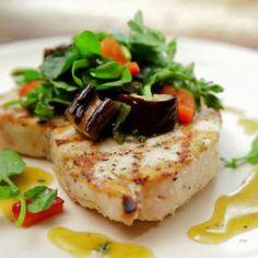 """Tagliare il trancio di pesce spada in fette regolari e abbastanza spesse.Preparare una """"marinade"""" con olio extravergine di oliva, aglio rosso tritato, pepe bianco, il succo di un lime, spicchi di lime, un pizzico di sale, origano, finocchietto selvat..."""