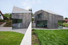 Zwei Wohnhäuser mit feuerverzinkter, geätzter Stahlfassade.