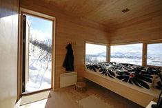 SOVEROM. Innvendig er hytta kledd med bjørkepanel både på gulv, vegger og i tak. Cozy Cabin, Decoration, Cottage, Windows, Bedroom, Architecture, Places, Furniture, Home Decor