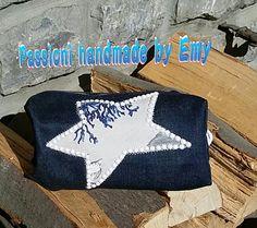Pochette di jeans blu scuro con applicazione di stella in stoffa e borchie n mezze er le bianche  #PassionehandmadebyEmy #handmade #ideeragalo #jeans #cucito #riciclojeans #borse #pochette