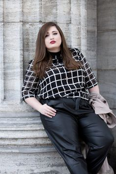 Elegant street style: black leather pants with shirt in checked pattern Thick Girl Fashion, Curvy Fashion, Plus Size Fashion, Fashion Looks, Womens Fashion, Plus Size Inspiration, Mode Inspiration, Black Leather Pants, Fashion Photography Poses