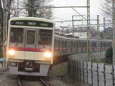 側面に動物のイラストが描かれた専用車7000系7801F(2011年4月3日、高幡不動-多摩動物公園間)