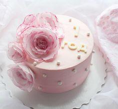Нежный торт с вафельными цветами на годовщину маленькой девочке. Внутри ваниль с вишней. Выровнен крем-чиз. Автор instagram.com/marina_gakova_cake