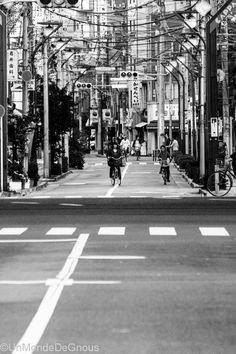 l'urbanisme nippon, un habitat dense, de petites rues sinueuses et étroites ou voitures, bus et vélos se faufilent en roulant à gauche. Il est clair que l'espace est compté ici ! (Lire l'article)