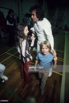 American singer-songwriter Neil Diamond with his children at the fencing club at NYU on November 1975 in New York City. Get premium, high resolution news photos at Getty Images Neal Diamond, Diamond Studs, Diamond Shapes, Diamond Earrings, Diamond Girl, Jewelry For Her, Jewelry Making Beads, Boho Jewelry, Jewelry Design