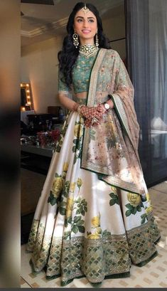 Indian Bridal Outfits, Indian Designer Outfits, Indian Outfits Modern, Indian Party Wear, Indian Wear, Indian Lehenga, Lehenga Choli, Floral Lehenga, Silk Dupatta