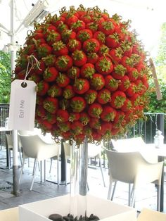 Distinguished red centerpieces for celebrations Food And Drink, Fruit Creations, Edible Arrangements Kreative Snacks, Deco Fruit, Fruits Decoration, Red Centerpieces, Fruit Creations, Fruit Displays, Edible Arrangements, Fruit Art, Creative Food