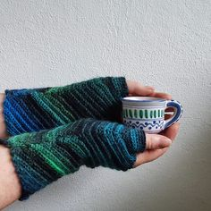 A Must to Bookmark: 25 Free Crochet Patterns for Every Skill Level Crochet Mitts, Crochet Wrist Warmers, Crochet Gloves, Cute Crochet, Crochet Tools, Crochet Projects, Crochet Designs, Crochet Patterns, Crochet Hook Case