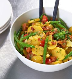 Alles, was wir im Sommer lieben, wird hier miteinander vereint: Kartoffeln, Bohnen und Pfifferlinge. Dazu gesellen sich Tomaten, Speck und frische Kräuter.