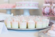Idag fick vi första albumet med bilder från fotografen, så fina. Här är alltså bilderna från buffé-bordet. 3 olika sorters tårtor, godis-buffé, popcornmuggar, kokosbollar, ahlgrens pannacotta, oreo cakepops, choklad-cupcakes, vanilj-cupcakes, jordgubbs-macarones, nutella-macarones, pink lemonade, jo Panna Cotta, Nutella, Deserts, Tart, Cupcakes, Ethnic Recipes, Vanilj, Babyshower, Celebrations