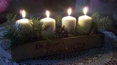 Nechce se vám utrácet až několik stovek za adventní svícen? Nebo patříte k těm, kteří před honosnými a přezdobenými věnci dávají přednost spíše jednodušší dekoraci? V tom případě jste tady správně.