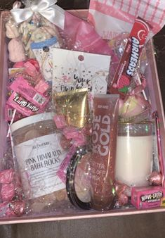Diy Birthday Gifts For Friends, Diy Best Friend Gifts, Cute Gifts For Friends, Cute Birthday Gift, Happy Birthday Gifts, Birthday Box, Bff Gifts, Girl Gift Baskets, Themed Gift Baskets