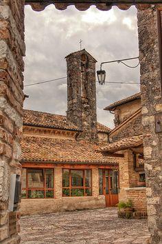 Asolo Italy Definita da Giosuè Carducci la Città dei cento orizzonti, Asolo è uno dei centri storici più suggestivi d'Italia. Raccolta entro le antiche mura che si diramano dalla Rocca, fortezza del XII° secolo, conserva in ogni scorcio testimonianze della sua millenaria storia.