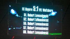 Weiß auf Schwarz: Bayern-Star Robert  Lewandowski trifft gegen den VfL Wolfsburg fünf Mal