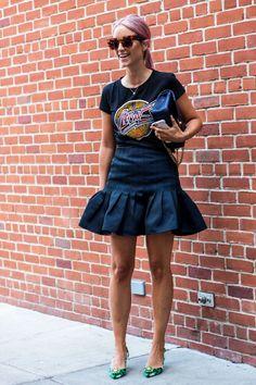 Street Style na NYFW. Camiseta gráfica. Saia com camiseta preta. Saia babados. Camiseta estampada. Camiseta preta.