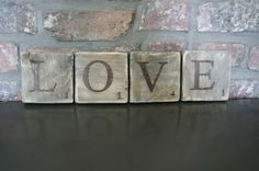 Lettres LOVE façon Scrabble sur bois de palette