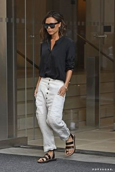 Victoria Beckham's Fashion Week Style Reminds Us of 2 Very Iconic New Yorkers Victoria Beckham at NYFW, 2016 Wearing a black satin blouse, Céline linen trousers, and sandals. Neue Outfits, Style Outfits, Casual Outfits, Winter Fashion Outfits, Look Fashion, Summer Outfits, Womens Fashion, Victoria Beckham Outfits, Victoria Beckham Style