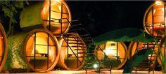 Hotéis - TuboHotel, México Imagine dormir em um quarto minimalista feito com apenas um cano de esgoto de concreto de 2,4 metros de largura por 3,3 metros de comprimento. Todo o hotel é formado por 20 desses canos. Se você imaginar, pegue suas malas e hospede-se no excêntrico Tubohotel, localizado em Topoztlán, México. A única exigência é que você não seja claustrofóbico. Preços disponíveis a partir de US $ 31 por noite.