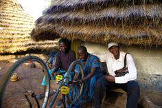 Le réparateur de vélos en Guinée - Voyage-guinee.fr - @TripBPhotographie - #VoyageGuinee