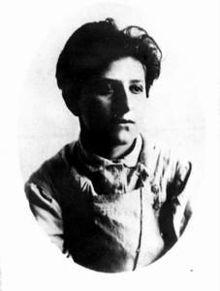 Dit is Fanny Kaplan, op 30 augustus 1918 pleegde zij een aanslag op Lenin toen hij een toespraak hield voor de hamer en sikkel fabrieken in een buitenwijk van Moskou. Ze schoot 3 keer op hem waarvan een keer een kogel door zijn long kwam. Hij raakte zwaargewond maar herstelde snel. Kaplan werd ter dood veroordeeld maar haar vonnis werd veranderd naar levenslange dwangarbeid.