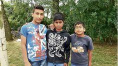 Als er drei Flüchtlingskinder beim Pflücken seiner Kirschen erwischt, ruft er sofort die Polizei!