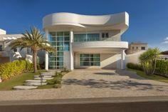 Autor de mais de 2 mil projetos realizados no Brasil e no exterior, o arquiteto Aquiles Nícolas Kílaris é precursor do movimento que valoriza as linhas curvas e as formas orgânicas..