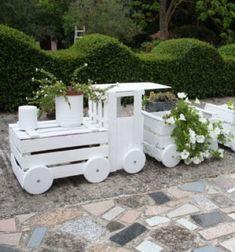 Kerti virágláda vonat - régi fa ládákból