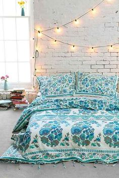 Bohemian bedroom with white brick wall, light garland and white beds … - Bedroom Decoration Dream Bedroom, Home Bedroom, Bedroom Decor, Bedroom Beach, Bedroom Ideas, Bedroom Lighting, Bedroom Wall, Wall Decor, Style At Home